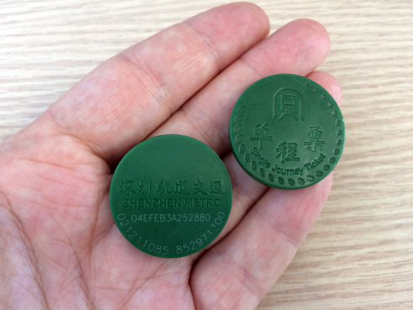 Os bilhetes de metro têm a forma de moedas e são reutilizáveis pois são devolvidos no fim de cada utilização.