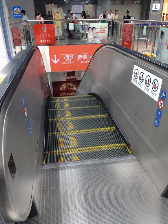São várias as indicações e sinais sobre como os passageiros se devem comportar. Nesta imagem, vê-se a sugestão de que as pessoas se devem encostar à direita nas escadas rolantes.