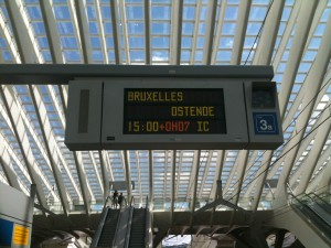 Painel de informação dos horários dos comboios em Liège-Guillemins